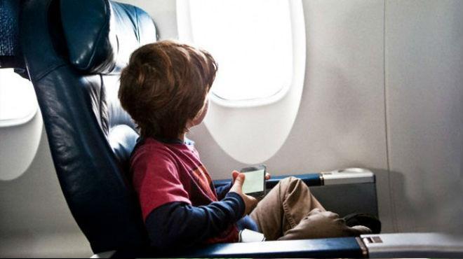 Menor de edad viajando solo en un avión